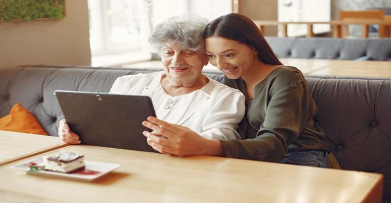 menina-ensinando-a-avo-como-usar-um-tablet_1157-33002.jpg